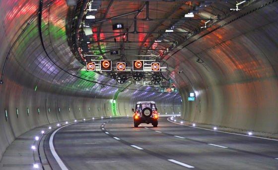 Der neue Jagdbergtunnel nahe Jena an der Autobahn 4. Im Oktober 2014 wurde der Tunnel in Richtung Frankfurt am Main nach sechs Jahren Bauzeit für den Verkehr frei gegeben. E