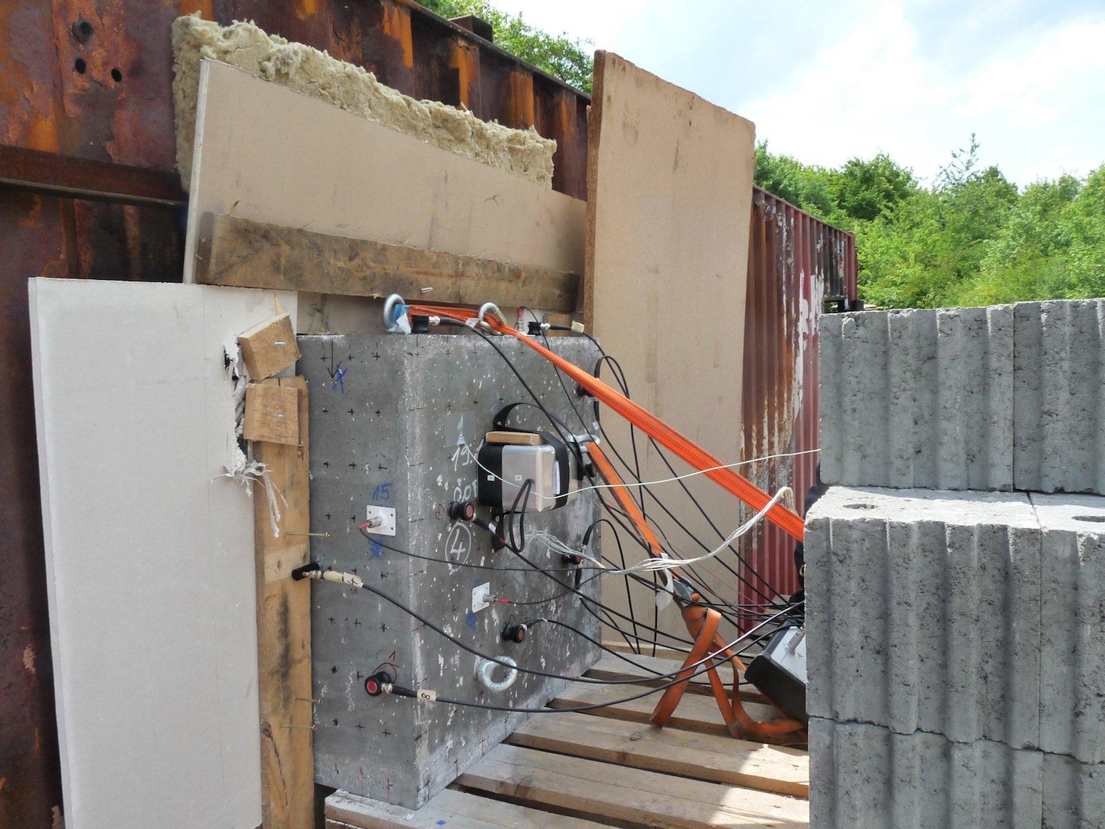 Jetzt können die Forscher den Beton flüstern hören: Dafür sorgen die angebrachten Schallemissions-Sensoren.