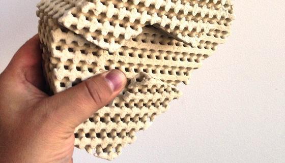 Im Wortsinne cool: Der Keramikstein aus dem 3D-Drucker sorgt über seine Poren für Kühlung im Haus. Muss dafür allerdings zunächst von außen befeuchtet werden.