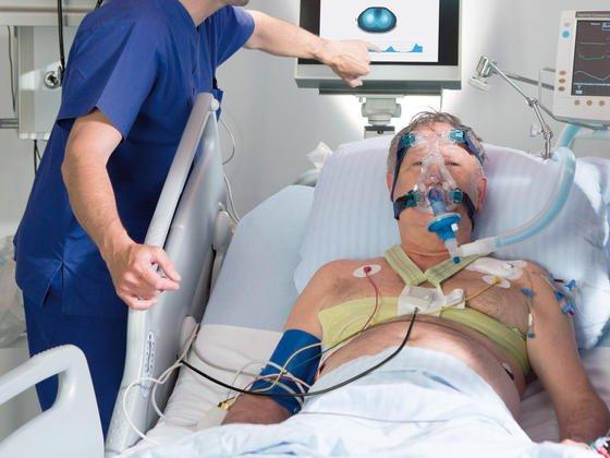 Ein Patient mit angelegtem Elektrodengurt: Damit werden Körperwiderstände gemessen. Sie ändern sich,je nach dem, ob Lungenareale mit Luft gefüllt sind oder nicht.