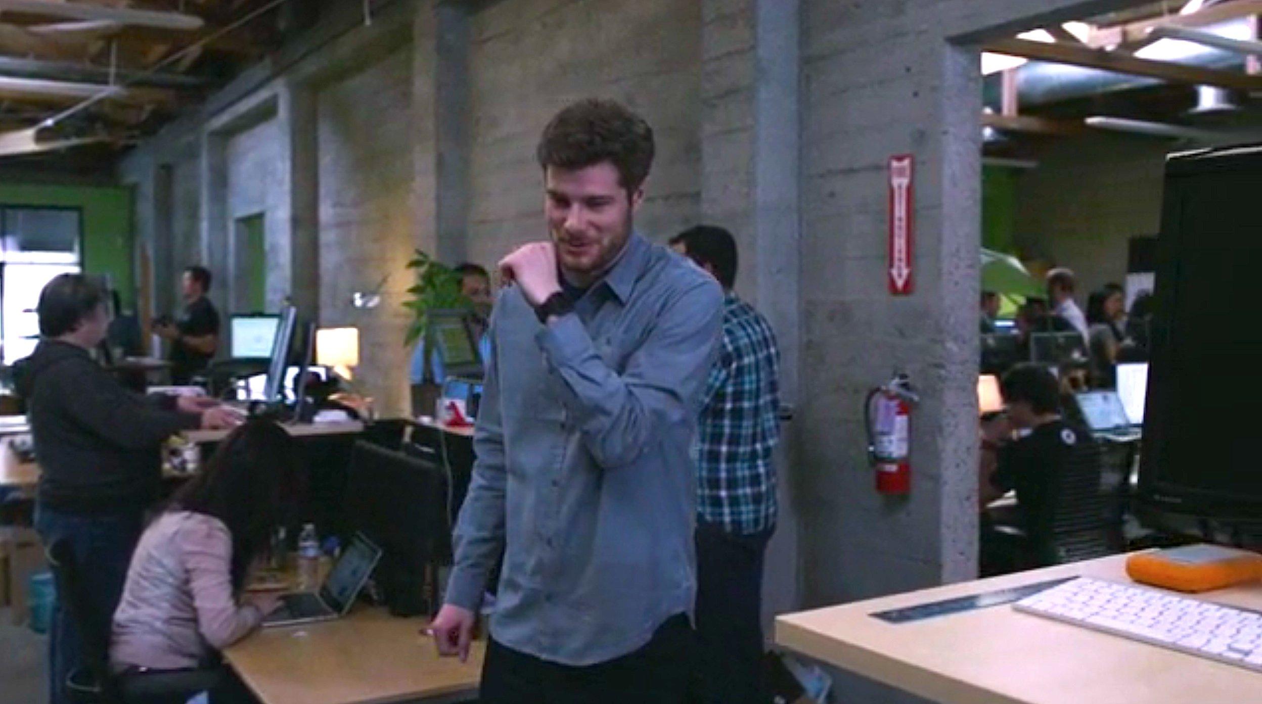 Sieht ein bisschen komisch aus: Zum Telefonieren per Smartwatch muss man das Handgelenk an den Mund halten.