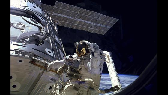 Der amerikanische Astronaut James H. Newman bei einem Weltraumeinsatz im Dezember 1998 vor dem russischen ISS-Modul Zarya: Russland will die russischen Module der Internationalen Raumstation nutzen, um ab 2024 eine russische Weltraumstation aufzubauen.