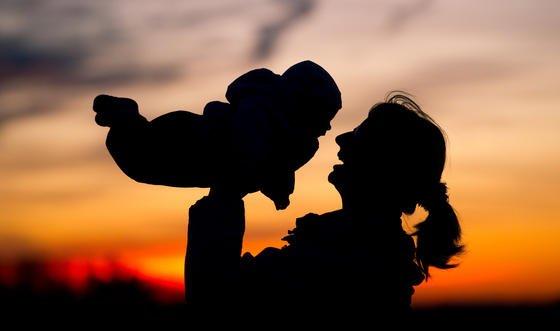 Drei-Eltern-Babys: In Großbritannien darf künftig bei der künstlichen Befruchtung das Kernerbgut der Mutter in das Ei einer Spenderin eingesetzt werden. Erst dann wird das präparierte Ei mit den Spermien des Mannes befruchtet. So soll es Frauen mit einer schweren Erbkrankheit ermöglicht werden, ein gesundes Kind zur Welt zu bringen.