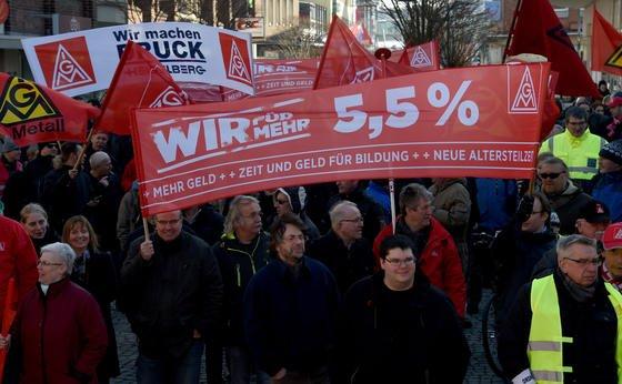 Streikende Metallarbeiter demonstrierten im Februar in Kiel: Die Bildungsteilzeit will die IG Metall auch in den nächsten Arbeitskämpfen zum Thema machen.