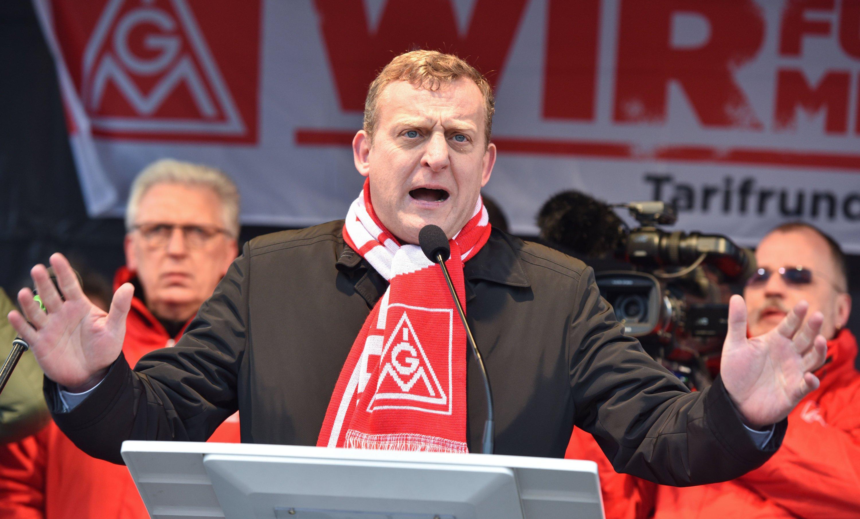 IG Metall-Bezirksleiter Roman Zitzelsberger auf einer Kundgebung in Mannheim: Die Tarifparteien in Baden-Württemberg einigten sich auf ein Lohnplus von 3,4 Prozent.