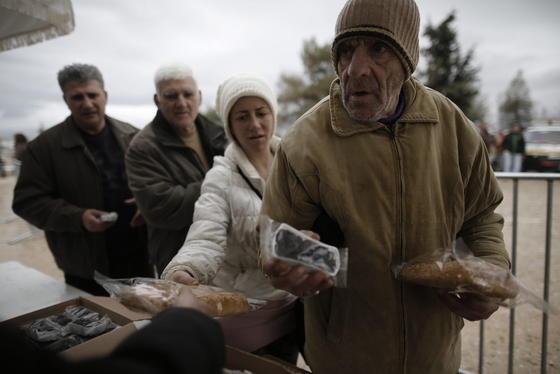Schlange stehen in Griechenland für Oliven und Brot: Bürokratie und Korruption macht das Berliner DIW mitverantwortlich dafür, dass die griechische Wirtschaft am Boden liegt.