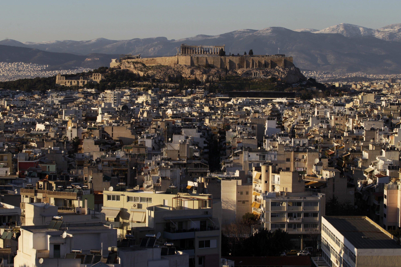 Blick über Athen zur Akropolis: Vom Kampf gegen die Korruption hängt nach Meinung des DIW ab, ob Griechenland seine Wirtschaft ankurbeln kann. Die Bürokratie sei so ausgeufert, dass Unternehmen oft nur durch Geldzahlungen an Behörden ihren Betrieb aufrecht erhalten können.