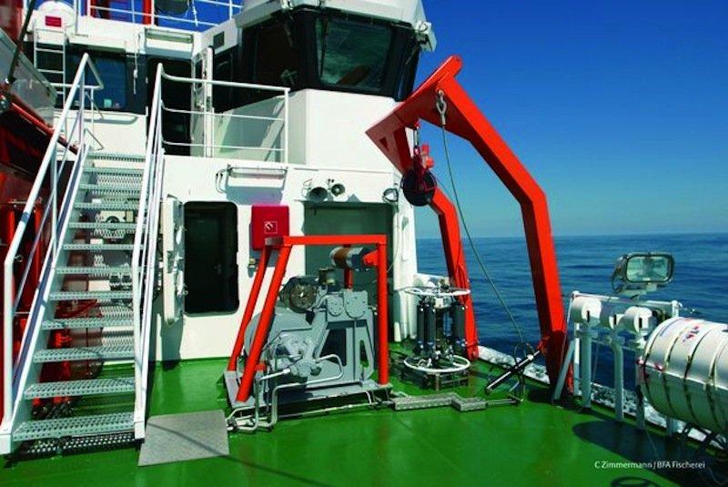 An Deck der Solea: Die Hydrographie-Sonde an der Bordkante ist bereit für den Einsatz.