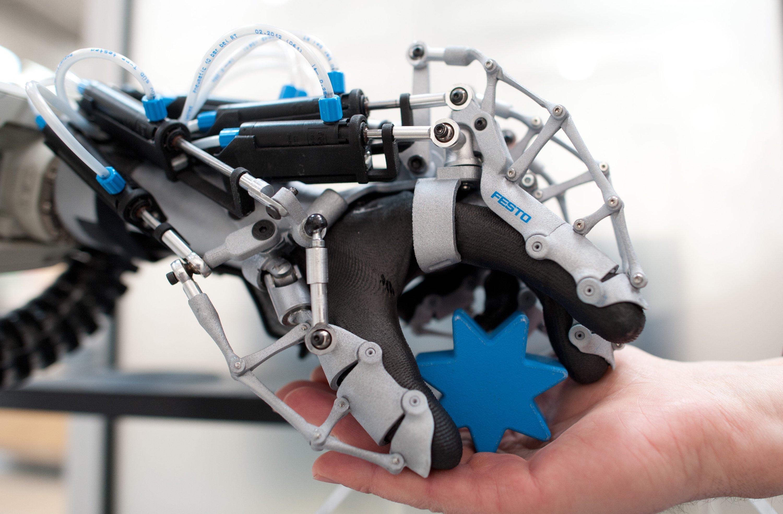 Trägt der Chirurg Stoff aus piezoelektrischen Fasern, lassen sich seine Bewegungen speichern und in Steuerungsbefehle für Roboter übersetzen. Sie sollen dann in ferner Zukunft die Bewegungen des Arztes spiegeln und Menschen operieren können.