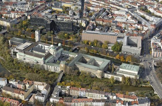 Luftbild Museumsinsel: Von oben betrachtet macht das 1925 erbaute Deutsche Museum in München nach wie vor etwas her. Nach dem Zweiten Weltkrieg wurde es notdürftig instand gesetzt, jetzt ist eine Grundsanierung fällig.