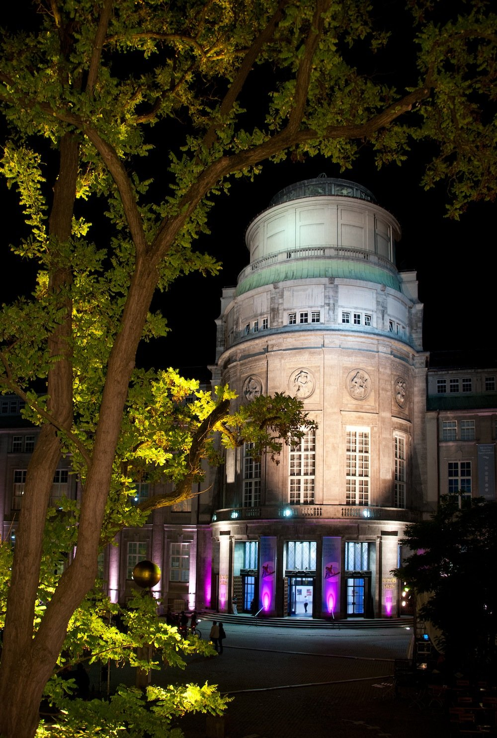 So beschaulich schön wie der beleuchtete Haupteingang bei Nacht anmutet, ist es um das Deutsche Museum in München nicht bestellt. Eine Grundsanierung ist fällig. Und kann mangels Geld nur mit Einschränkungen vorgenommen werden.