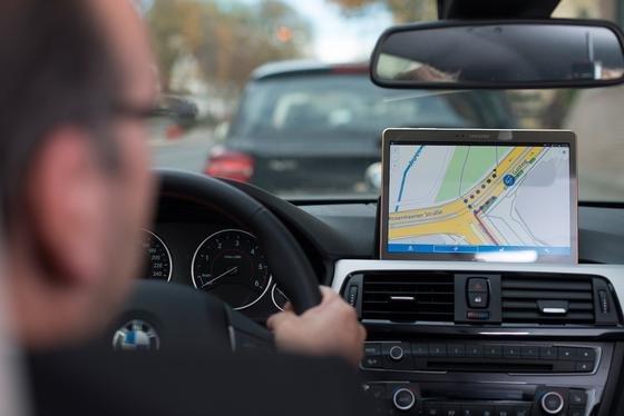 Siemens installiert derzeit Radarsensoren an Hauswänden und Laternen. Sie melden einer Zentrale freie Parkplätze, die der Autofahrer dann auf einem Display sieht.