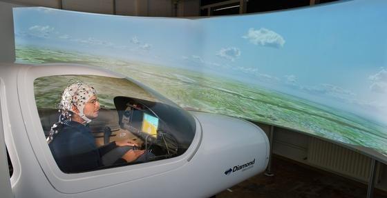 Die EEG-Kappe könnte vielleicht sogar auf Linienflügen zum Einsatz kommen. Im Flugsimulator funktioniert die Gedankensteuerung bereits, wieder portugiesische Luftfahrt- und Rüstungskonzern Tekever beweisen konnte.