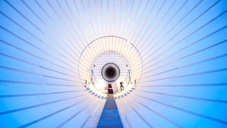 Experimente in der sogenannten Luftberuhigungskammer: Die DLR-Forscher wollen den Gegenschall so regeln, dass das lärmende Geräusch in alle Abstrahlrichtungen leiser wird.