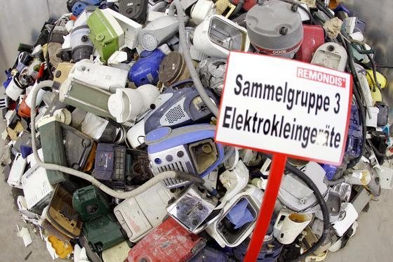 Ausrangierte Elektrogeräte auf einem Recyclinghof in Lünen:Zwischen 2004 und 2012 ist der Anteil der Geräte, die aufgrund eines technischen Defektes schon innerhalb von fünf Jahren ausgetauscht wurden, von 3,5 Prozent auf 8,3 Prozent stark gestiegen.