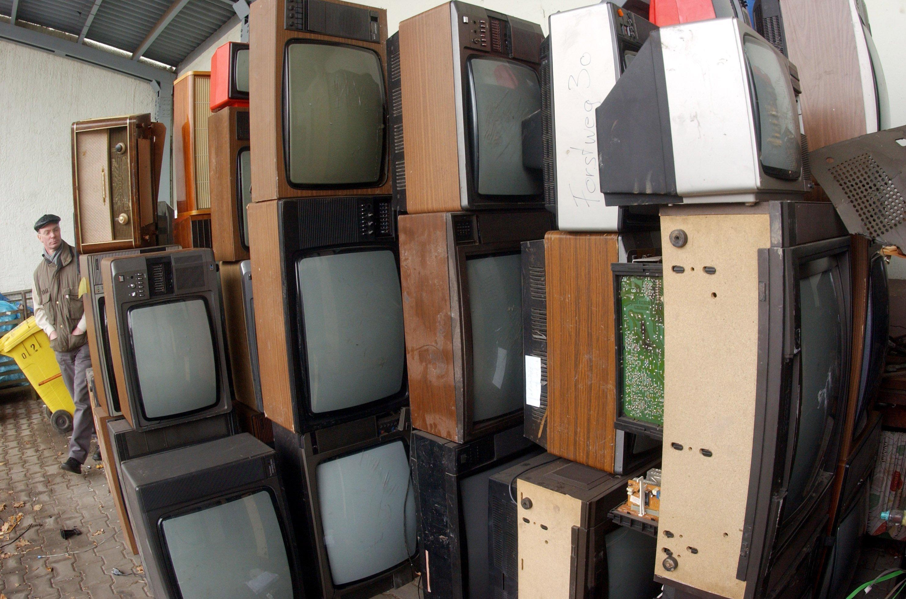 Ausgediente Fernsehgeräte stapeln sich auf einem Recyclinghof in Gera: Ein Flachbildschirm wird heutzutage schon nach 5,6 Jahren ausgetauscht. Röhrengeräte wurden im Schnitt zehn bis zwölf Jahre genutzt, so eine neue Studie des Umweltbundesamtes.