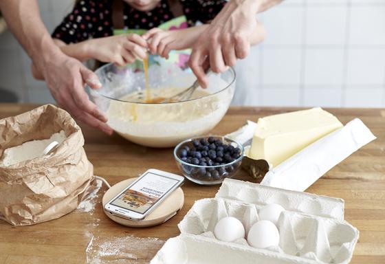 Das hat sich die Dame des Hauses schon lange gewünscht: Backen und Laden auf dem Küchentisch. Möglich macht das nun das neue Ladebrettchen von Ikea.