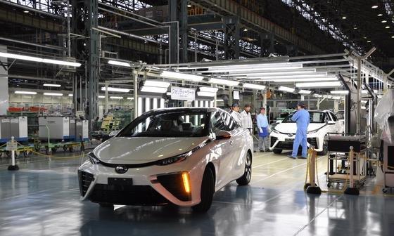 Seit Ende 2014 produziert Toyota den Mirai in Serie. Der Wasserstofftank ist hinter der Rückbank installiert, die Brennstoffzelle unter dem Vordersitz.