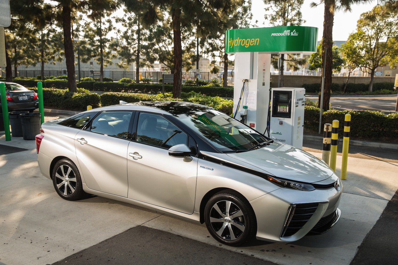 Achillesferse der Wasserstoffautos sind Wasserstofftankstellen, die bislang noch eine Seltenheit sind. Autohersteller halten es mittlerweile für unverzichtbar, selbst in den Bau neuer Tankstellen zu investieren.