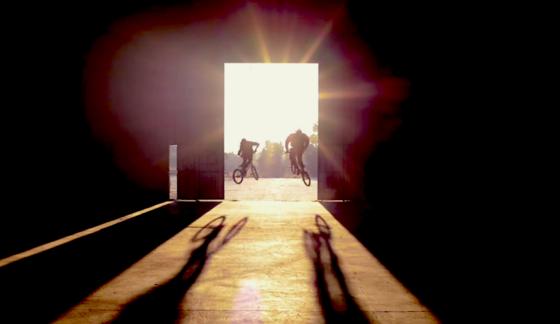 Zwei Fahrer, die beide Iddo-Sensoren an ihren BMX-Rädern haben, können ihre Leistungen vergleichen. Möglich macht das eine Smartphone-App, die für jeden Sprung Punkte vergibt.