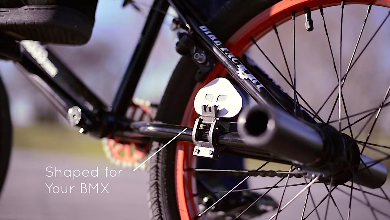 Der Sensor ist eine 50 Gramm leichte Aluminiumscheibe, die sich am Hinterrahmen montieren lässt. Sie erkennt das Flugverhalten des Fahrrads mit einem 9-Achsensensor.