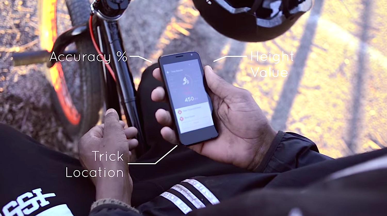 Nach jedem Sprung kann der Fahrer auf sein Smartphone sehen. Die App zeigt ihm dann an, wie hoch er gesprungen ist, wie lange er in der Luft war und wie sauber er den Trick ausgeführt hat.