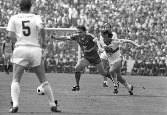 Spiel des VfB Stuttgarts gegen den Hamburger SV in der Saison 1983/1984. Dopingfahnder werfen dem VfB vor, Spieler in den 70er und 80er Jahren mit Anabolika versorgt zu haben. Der VfB Stuttgart und der ebenfalls betroffene SC Freiburg zeigen sich kooperativ und wollen helfen, den Sachverhalt aufzuklären.