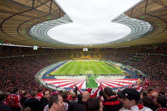 DFB-Pokalfinale 2014 zwischen Borussia Dortmund und dem FC Bayern München im Olympiastadion in Berlin: Ingenieure der Universität Duisburg arbeiten an einer neuen Technik, die auchan überlasteten Orten mit hoher Handydichte wie Fußballstadien, Flughäfen, Bahnhöfen und in Zügen schnelles Internet ermöglicht.