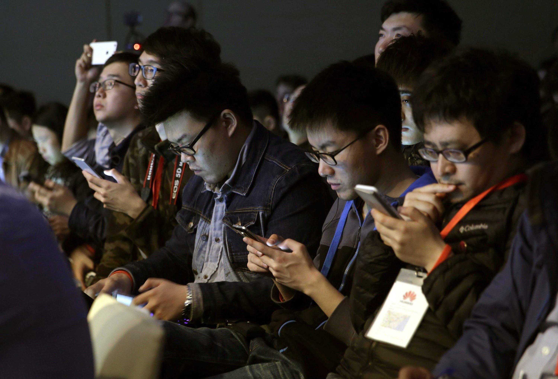 Handynutzer auf dem Mobile World Congress in Barcelona: Wo viele Nutzer gleichzeitig ins Netz gehen, bricht die Verbindung zum Internet oft zusammen. Mit kleineren Funkzellen und kleinen Antennen, die Signale direkt ins Glasfasernetz einspeisen, wollen Duisburger Ingenieure das Problem lösen.