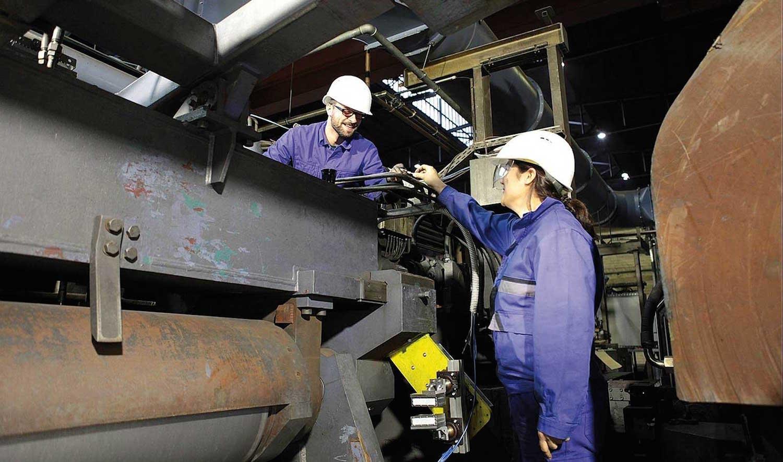 Fraunhofer-Forscher installieren das Radar in einem Bandwalzwerk des Stahlunternehmens ArcelorMittal. Es sendet elektromagnetische Signale aus, die von den Bandkanten reflektiert werden. Somit lässt sich die Breite auf einen Mikrometer genau bestimmen.