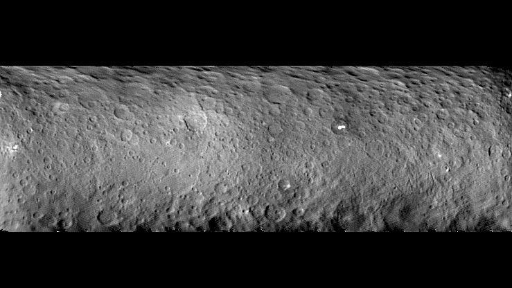 Dieses Mosaik zeigt die Oberfläche des Zwergplaneten Ceres und wurde aus Aufnahmen der Dawn-Mission vom 19. Februar 2015 zusammengesetzt. Die Entfernung zwischen Kamera und Ceres betrug 46.000 Kilometer. Gut zu erkennen sind ein ungewöhnlich großes Becken mit einem Durchmesser von 300 Kilometern sowie einige helle Flecken. Die Auflösung beträgt vier Kilometer pro Pixel.
