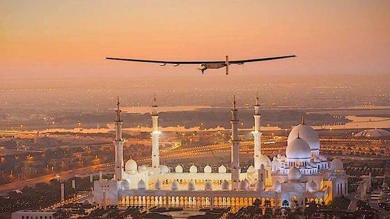 Pilot Bertrand Piccard beim Testflug in Abu Dhabi: Für die 35.000 Kilometer lange Weltreise sind 25 Flugtage eingeplant. Die längste Etappe, die Pazifiküberquerung, dauert fünf Tage und Nächte. Eine Toilette befindet sich unter dem Sitz.