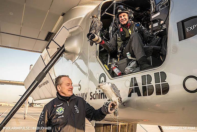 Pilot Bertrand Piccard nach einem erfolgreichen Testflug in Abu Dhabi. Das Cockpit der Solar Impulse 2 hält für die Weltumrundung einige Annehmlichkeiten bereit: Einen Business-Class-Sitz zum Hinlegen, eine Autopilot-Funktion und eine Toilette unter dem Sitz.