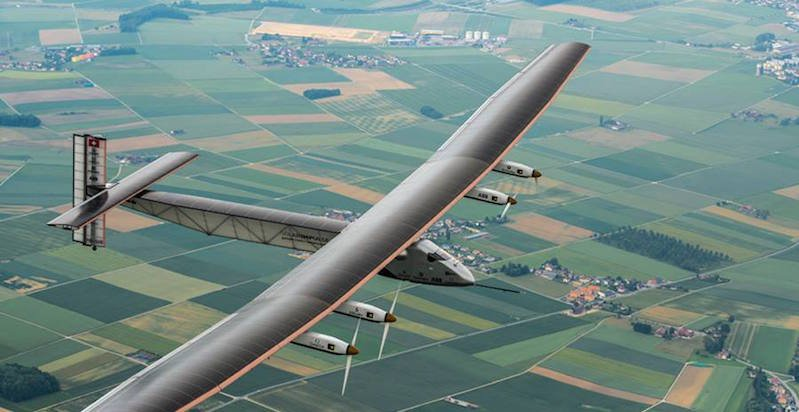 Vier Elektromotoren treiben die Solar Impulse 2 an. Sie haben eine Leistung von 15 Kilowatt. Ihre Energie erhalten sie von 17.248 Solarzellen, die in die Flügel eingebaut sind.