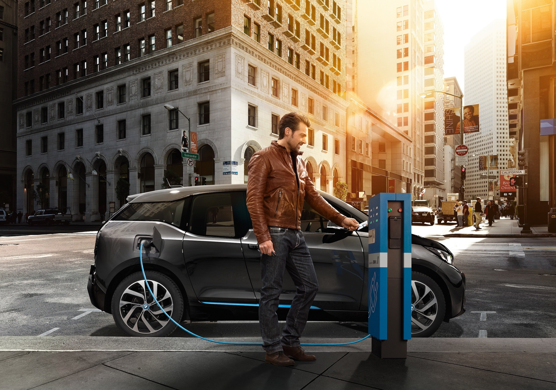 BMW i3 beim Tanken in New York: Das Elektroauto von BMW könnte künftig mit einem Betriebssystem von Apple laufen.