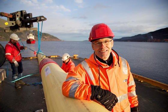 Forschungsleiter Ole Knudsen und sein Team versenkten vergangenes Jahr ein 250 Meter langes Stück der neuen Pipeline in einem Hafen nahe Trondheim. Alle 24 Meter sind Sensorgürtel angebracht, die kontinuierlich den Zustand der Röhre überwachen.