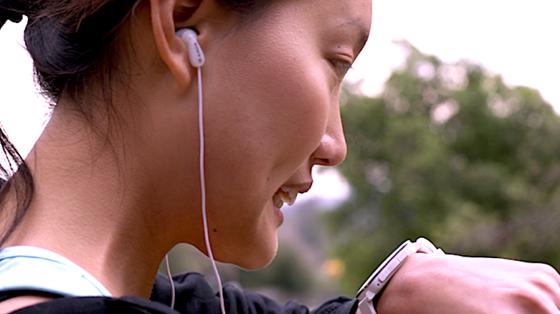 Vom ersten Modell der Smartwatch verkaufte Hersteller Pebble mehr als eine Million Exemplare. Die Uhr kommuniziert mit Smartphones und verfügt über ein eingebautes Mikrofon, mit dem sich SMS diktieren lassen.