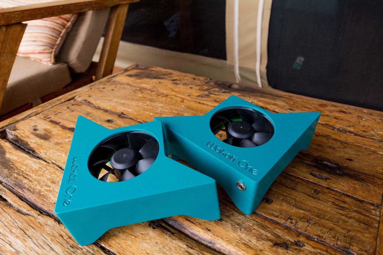 Die kleinen Ventilatoren haben eine Leistung von drei Watt und beziehen Strom von einem Solarpanel. Sie verteilen Wasser im Zeltinneren, das langsam verdunstet und ein feuchtes Klima erzeugt.