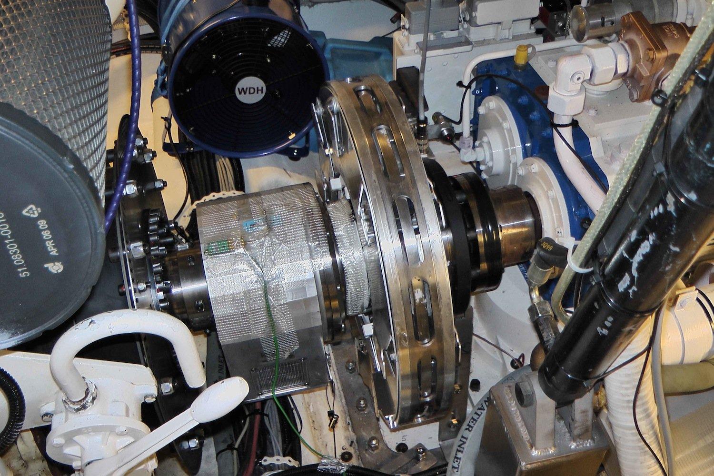Der aktive Drehschwingungsaktor lässt sich direkt in den Schiffsmotor integrieren. Der Bordcomputer analysiert das Motorverhalten mit Sensoren und veranlasst den Aktor in Echtzeit, die benötigten Gegenschwingungen zu erzeugen.