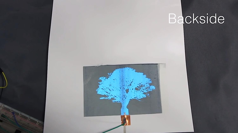 Rückseite des ausgedruckten Displays: Der Anwender hat das Baum-Motive zuvor am Computer gestaltet. Sobald man elektrische Spannung anlegt, leuchtet die Spezialtinte.