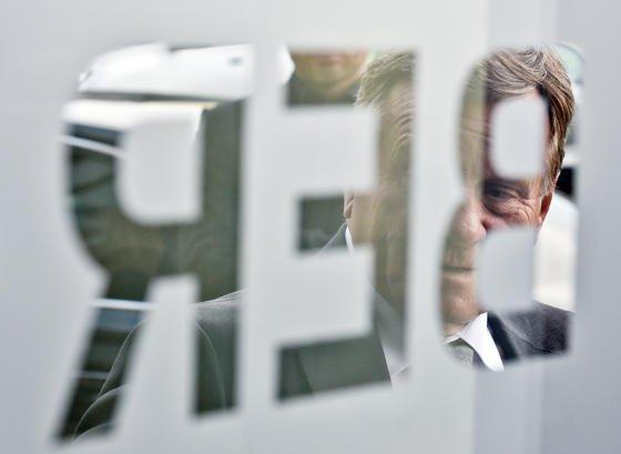 Flughafen-Chef Hartmut Mehdorn wird kurz vor Ende seiner Amtszeit vom ehemaligen Technik-Chef Horst Amann schwer belastet: Er soll schon im Sommer 2013 von den Korruptionsvorwürfen gewusst haben, die jetzt bekannt wurden.