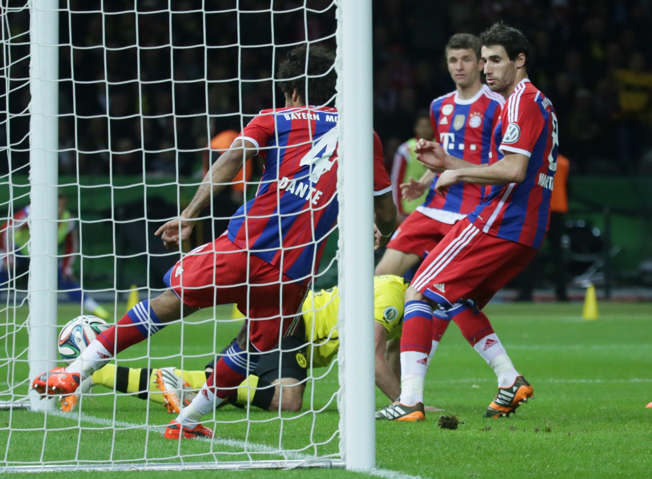 Im DFB-Pokalfinale 2014 scheint Bayern-Spieler Dante einen Kopfball des Dortmunders Mats Hummels zu klären – tatsächlich ist der Ball schon hinter der Linie. Der Schiedsrichter erkennt das nicht. Die Fehlentscheidung führte zur Entscheidung für die Torlinientechnik.