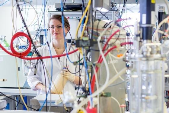 Die Wissenschaftlerin Nicole Mahler mit einer Abwasserprobe, aus der wertvolle Stoffe wie Kunst- und Farbstoffe gewonnen werden können. Die Ingenieure der TU Wien arbeiten dabei mit Mikroorganismen, die auch widrigste Lebensumstände überstehen.