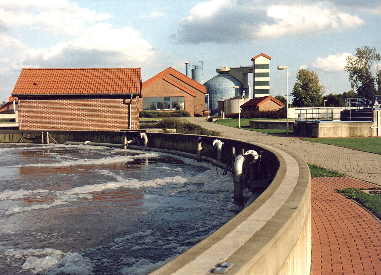 Abwasser im Klärbecken: Ingenieure der TU Wien haben ein Verfahren entwickelt, um mit Hilfe von Mikroorganismen beispielsweise Kunststoffe aus Abwasser herzustellen.