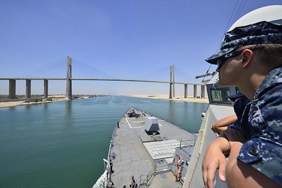 Der Zerstörer USS Nitze der US Navy fuhr im Juni 2014 durch den Suezkanal. Bislang ist der Kanal so schmal, dass Schiffe nicht gleichzeitig in beide Richtungen fahren können.