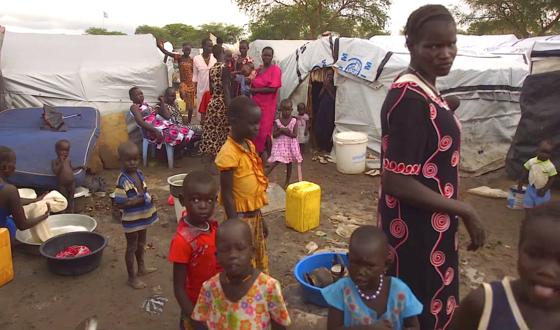 Menschen leben in Flüchtlingslagern meist auf engstem Raum. Zu den Gefahrenzonen zählen unbeleuchtete Toiletten. Strom aus Urin soll zukünftig genügen, um die Sanitäranlagen zu beleuchten.