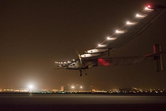 Solar Impulse 2 beim Landeanflug auf Maskat.