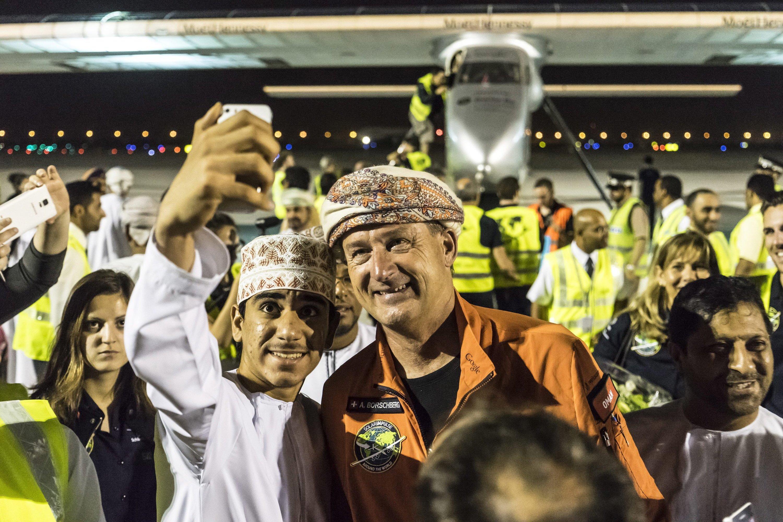 Nach mehr als zwölf Flugstunden posiert Pilot Andre Boschberg mit einem Fan für ein Selfie.