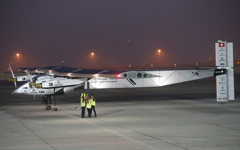 Das Solar-Impulse-Team nutzte die Zwischenlandung in Maskat, um den Solarflieger zu warten und zu reinigen.