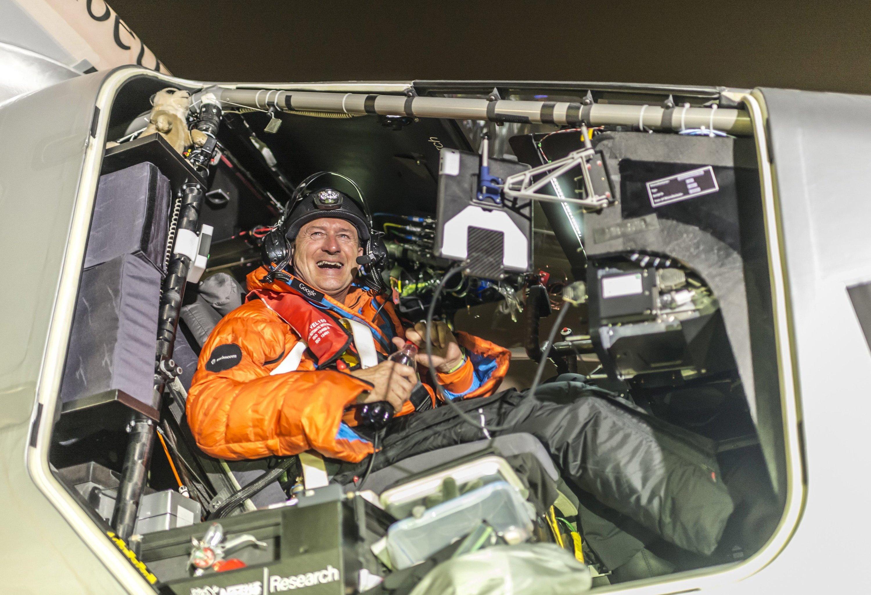 André Borschberg nach der Landung in Maskat. Der ehemalige Militärpilot hat 13 Stunden für die 430 Kilometer lange Strecke benötigt.